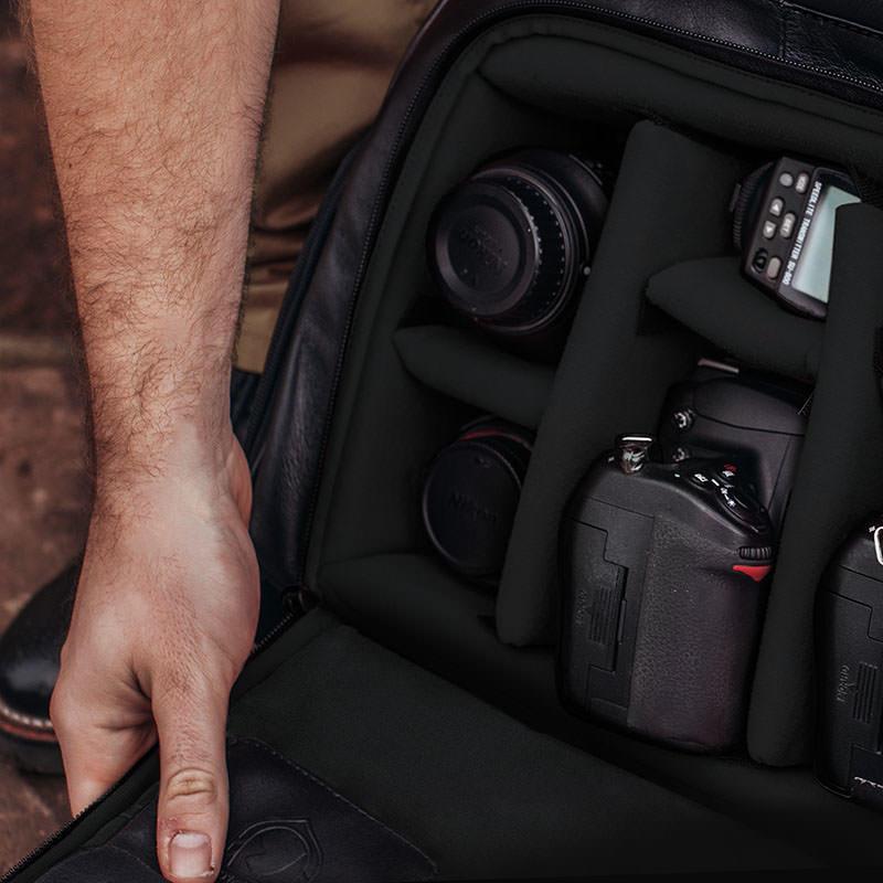 Mochila de couro para fotografos black edition nw088 interior com equipamento