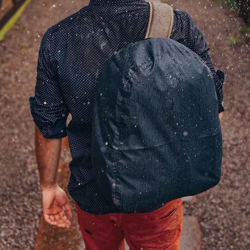 Capa de chuva para mochilas NWA01 Usando